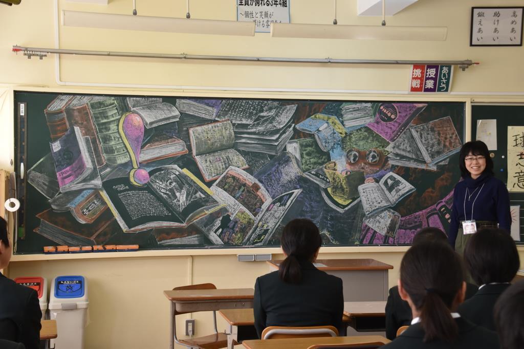 作品意図や自身の高校生時代などを語る武蔵野美大の学生=13日午前、茨城県つくばみらい市古川