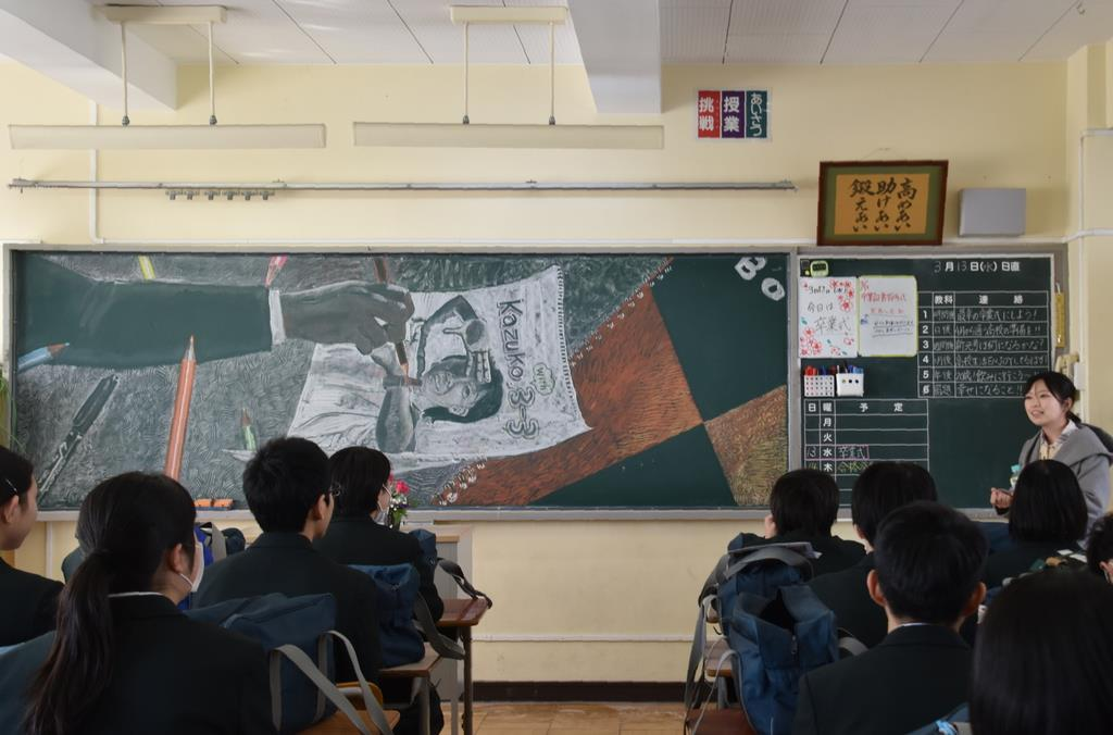 制作したアートの思いを語る武蔵野美大生=13日午前、茨城県つくばみらい市