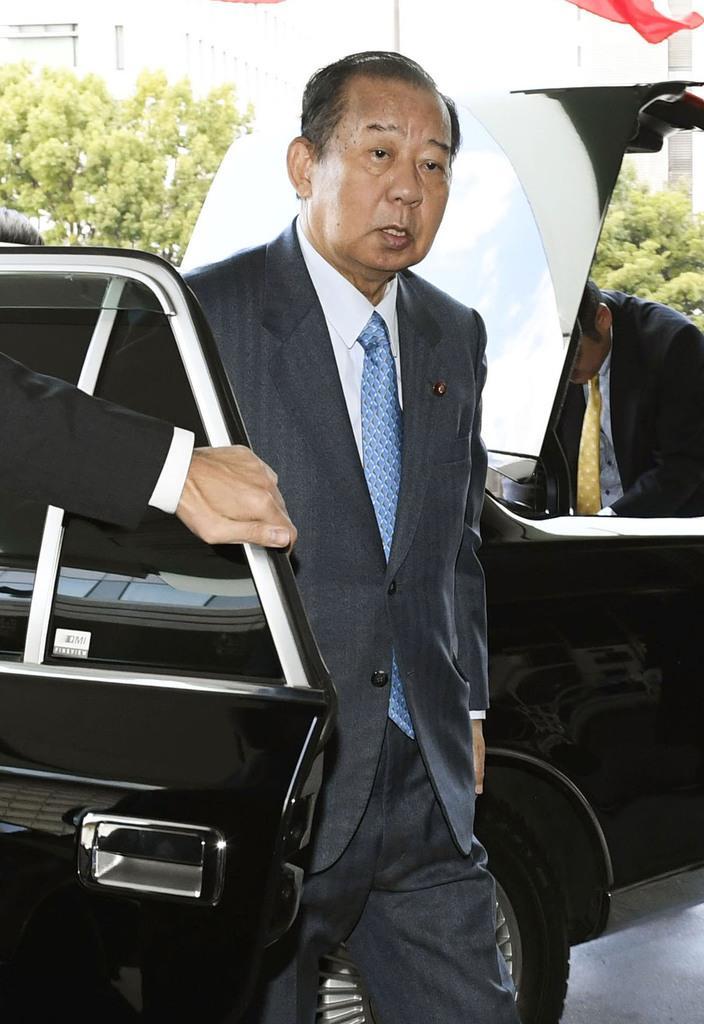 谷垣禎一前幹事長との会談に向かう自民党の二階幹事長=13日午後、東京都内のホテル