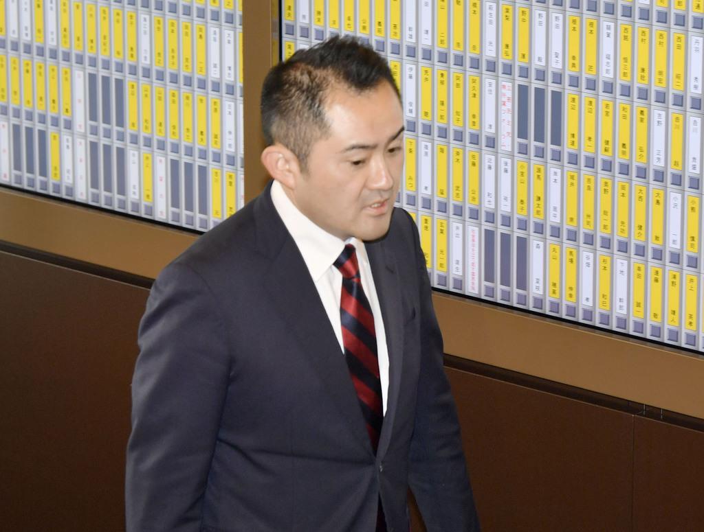 初登院する自民党の吉川赳氏=13日午後