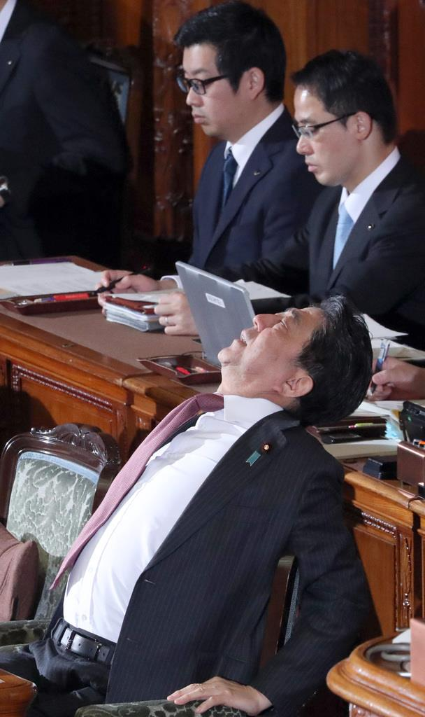 参院本会議に臨む安倍晋三首相=13日午後、国会(春名中撮影)