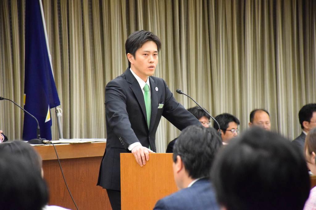 各会派の議員を前に自身が辞職した理由を説明する大阪市の吉村洋文市長。20日付の辞職届は、大阪市議会の反対多数で不同意となった=13日午後、大阪市北区