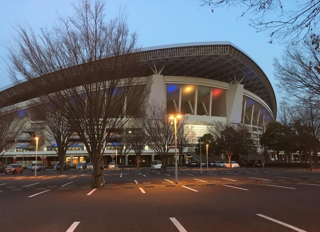 五輪カラーにライトアップされた埼玉スタジアム2002=12日、さいたま市緑区