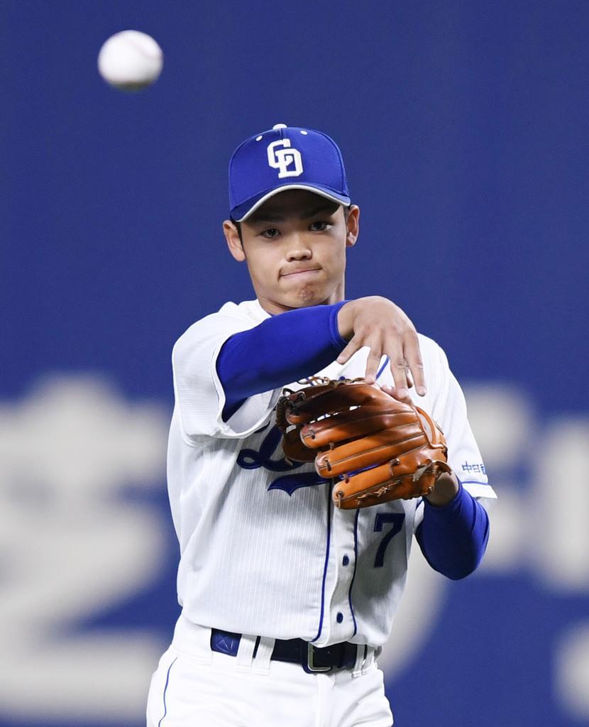 遊撃手として阪神戦の七回からオープン戦に初出場した、プロ野球中日の根尾昂内野手=13日、名古屋市のナゴヤドーム