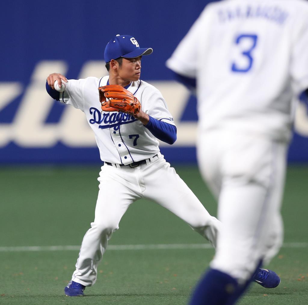 九回、阪神・木浪聖也の打球を処理する中日・根尾昂=13日、ナゴヤドーム(山田喜貴撮影)