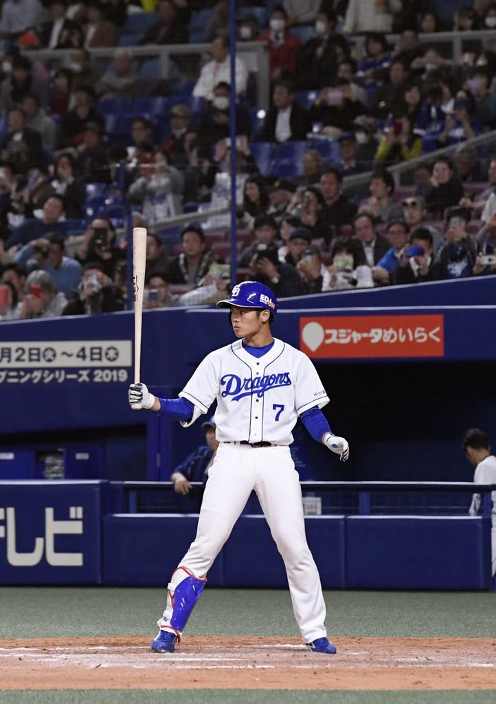 オープン戦初出場となった阪神戦の8回、打席に入るプロ野球中日の根尾昂内野手。空振り三振に倒れた=13日、名古屋市のナゴヤドーム