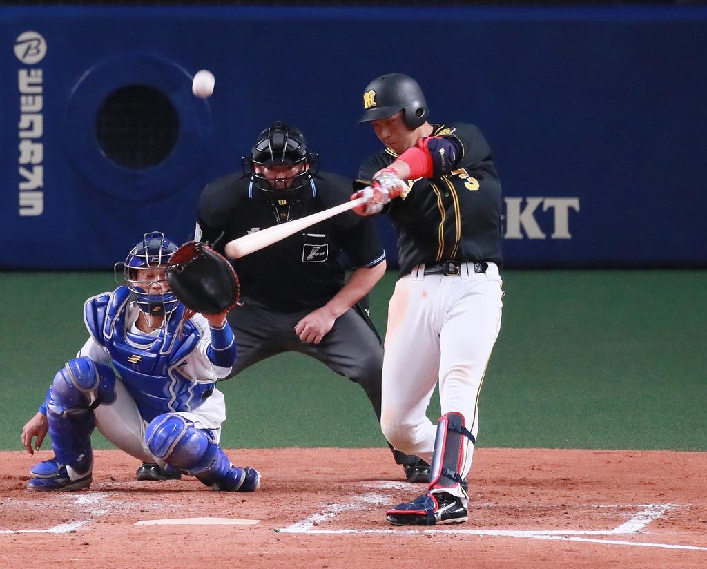 四回、2点本塁打を放つ阪神の大山悠輔=13日、ナゴヤドーム(松永渉平撮影)