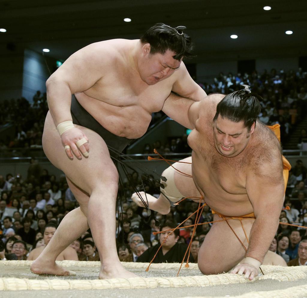 豪栄道(左)が上手投げで魁聖を下す=13日、エディオンアリーナ大阪