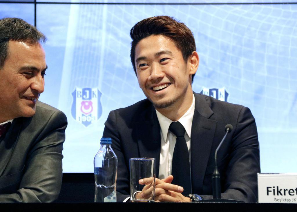 トルコ1部リーグ、ベシクタシュに加入し、記者会見で笑顔を見せる香川真司=2月5日、トルコ・イスタンブール(共同)