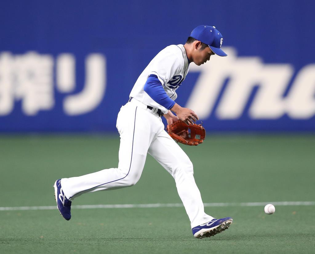 九回、阪神・梅野隆太郎の打球をファンブルする中日・根尾昂(その後一塁へ送球し結果はアウト)=13日、ナゴヤドーム(山田喜貴撮影)