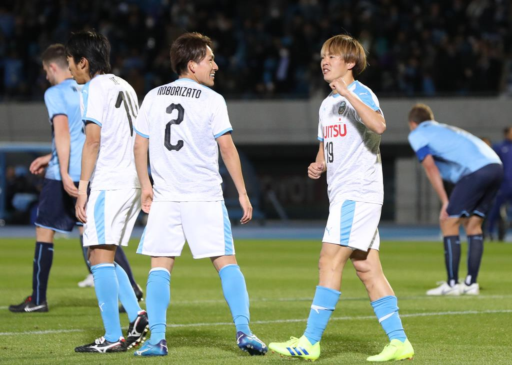 後半、先制のゴールを決め、スタンドの声援に応える川崎の斎藤学(中央右)=13日、等々力陸上競技場(蔵賢斗撮影)