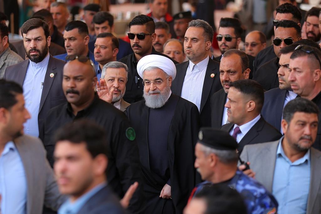 シーア派の始祖、イマーム・アリー廟を訪れたイランのハサン・ロウハニ大統領=13日、イラク南部のナジャフ(AP)