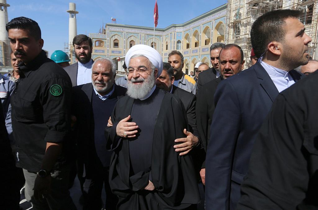 シーア派の始祖、イマーム・アリーの墓(イマーム・アリー廟)を訪れたイランのハサン・ロウハニ大統領=13日、イラク南部のナジャフ(AP)