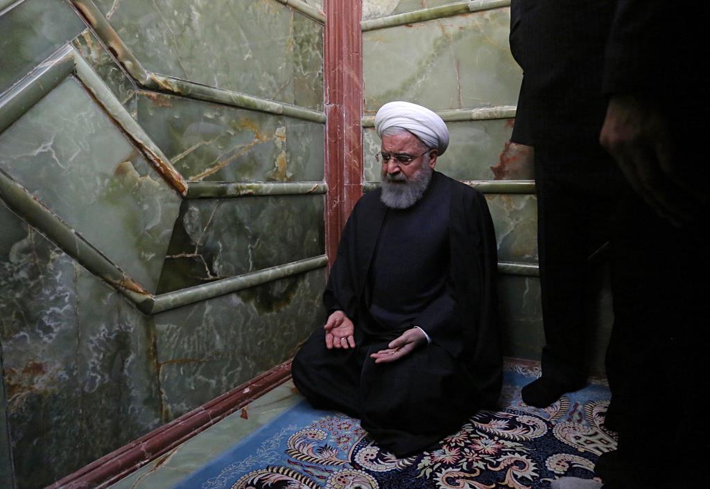 シーア派の始祖、イマーム・アリーの墓(イマーム・アリー廟)で祈るイランのハサン・ロウハニ大統領=13日、イラク南部のナジャフ(AP)