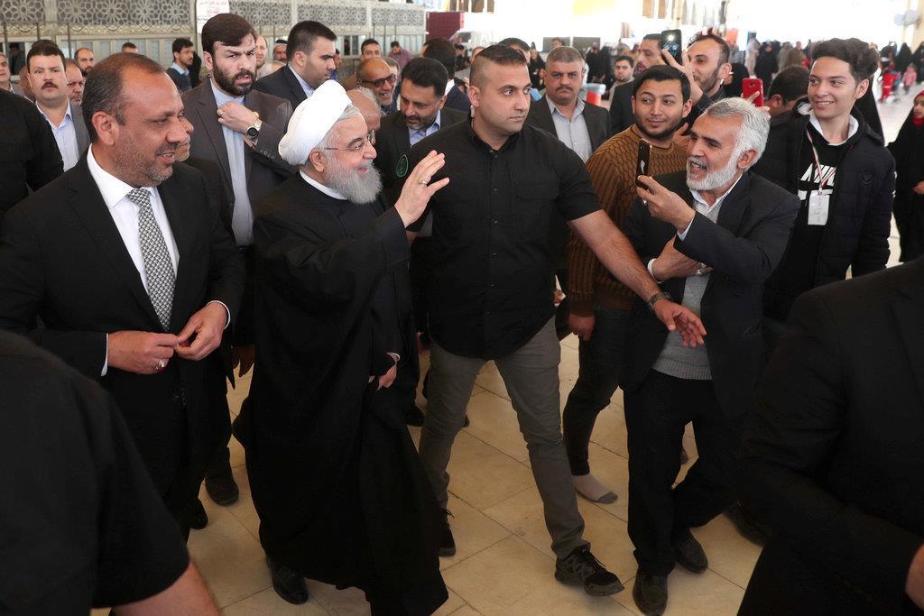 シーア派の始祖、イマーム・アリーの墓(イマーム・アリー廟)で手を降って声援に応えるイランのハサン・ロウハニ大統領=13日、イラク南部ナジャフ(ロイター)