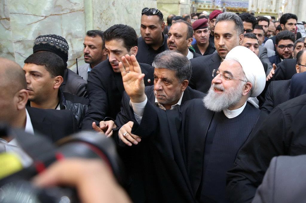 イマーム・アリー廟で手を振って声援に応えるイランのハサン・ロウハニ大統領=13日、イラク南部ナジャフ(ロイター)