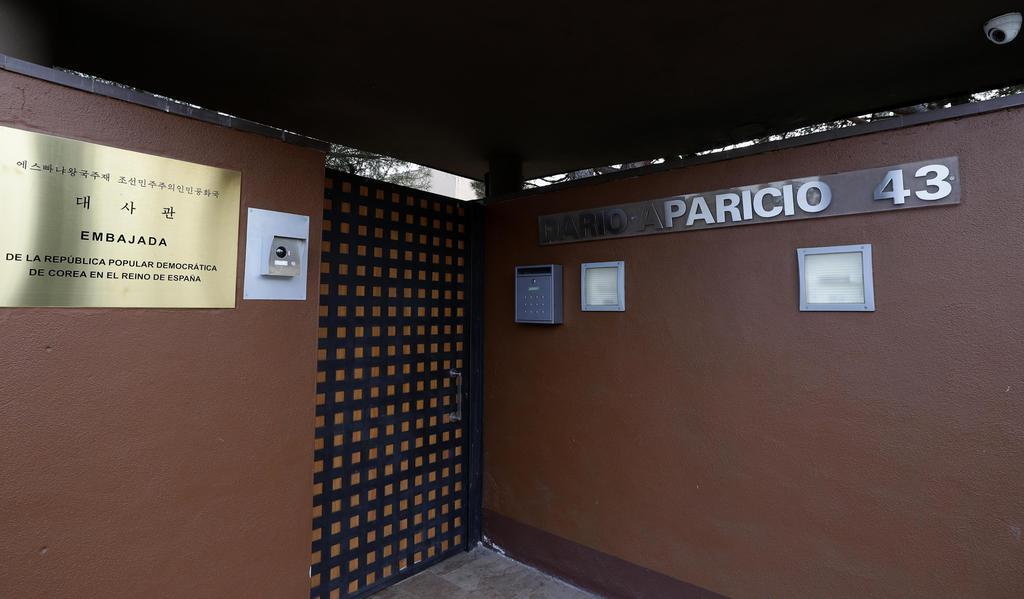 襲撃されたスペイン・マドリードの北朝鮮大使館=2月28日(AP)