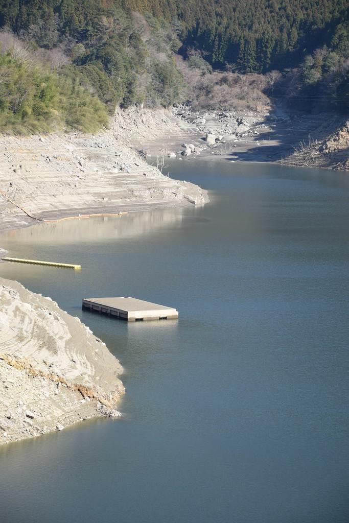 早明浦ダムの建設で水没した高知県の大川村旧役場庁舎。同村はダム建設などで極端な人口流出を経験した