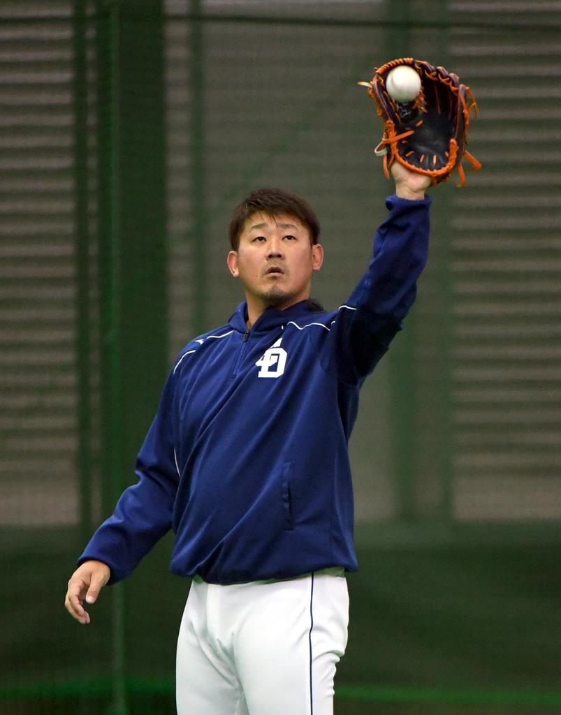 キャッチボールをする中日・松坂大輔=12日、中日ドラゴンズ屋内練習場(撮影・森本幸一)