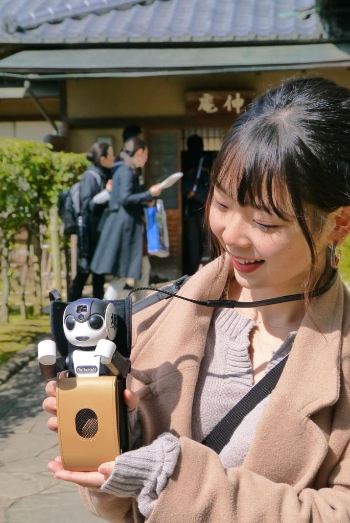 堺市内の観光名所を解説するロボホン=13日、堺市堺区(田村慶子撮影)