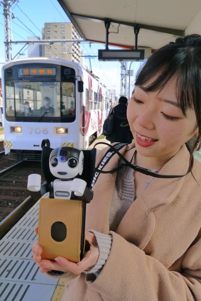 阪堺電車宿院駅では、ロボホンが南海電車のうんちくなども教えてくれる=13日、堺市堺区(田村慶子撮影)