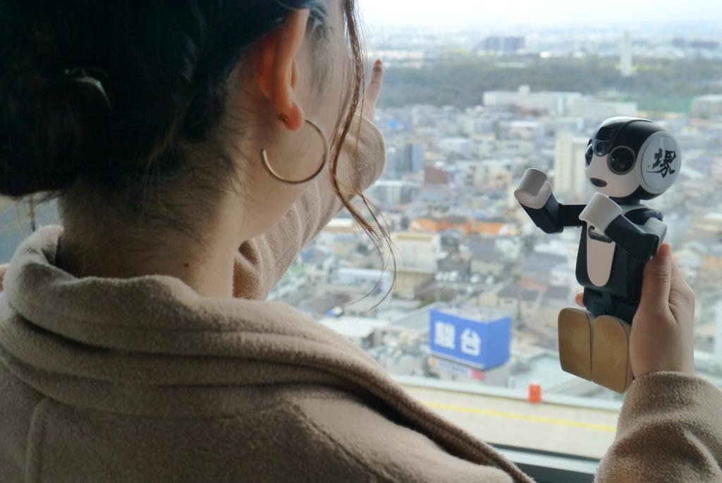 堺市役所の21階展望ロビーでは、古墳をながめながらロボホンが解説=13日、堺市堺区(田村慶子撮影)