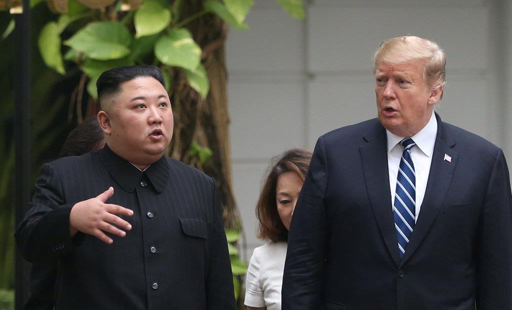 2月28日、ベトナムのハノイで首脳会談の会場となったホテルの庭を歩きながら言葉を交わすトランプ米大統領(右)と北朝鮮の金正恩朝鮮労働党委員長(ロイター)