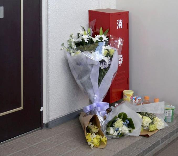 亡くなった女児の自宅前に手向けられた花束=2月4日、千葉県野田市
