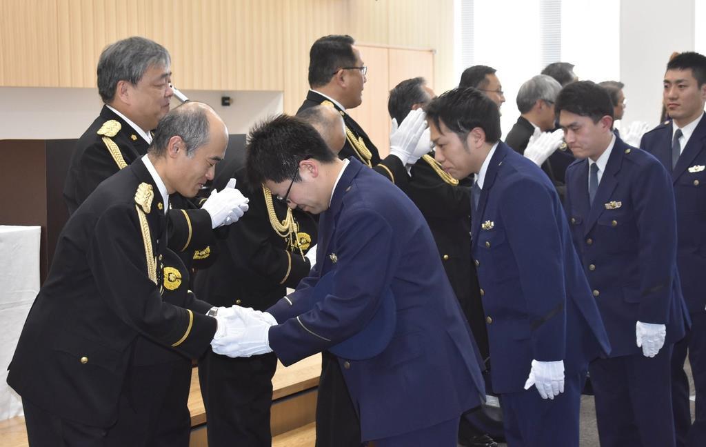 任務を終え、福島県警の向山喜浩本部長(左)らに送り出される特別出向警察官ら=14日、福島県警本部