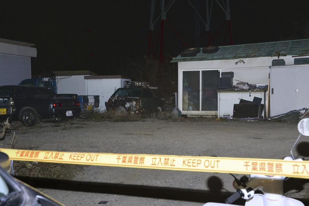 一部白骨化した遺体が見つかった資材置き場=22日夜、千葉県白井市