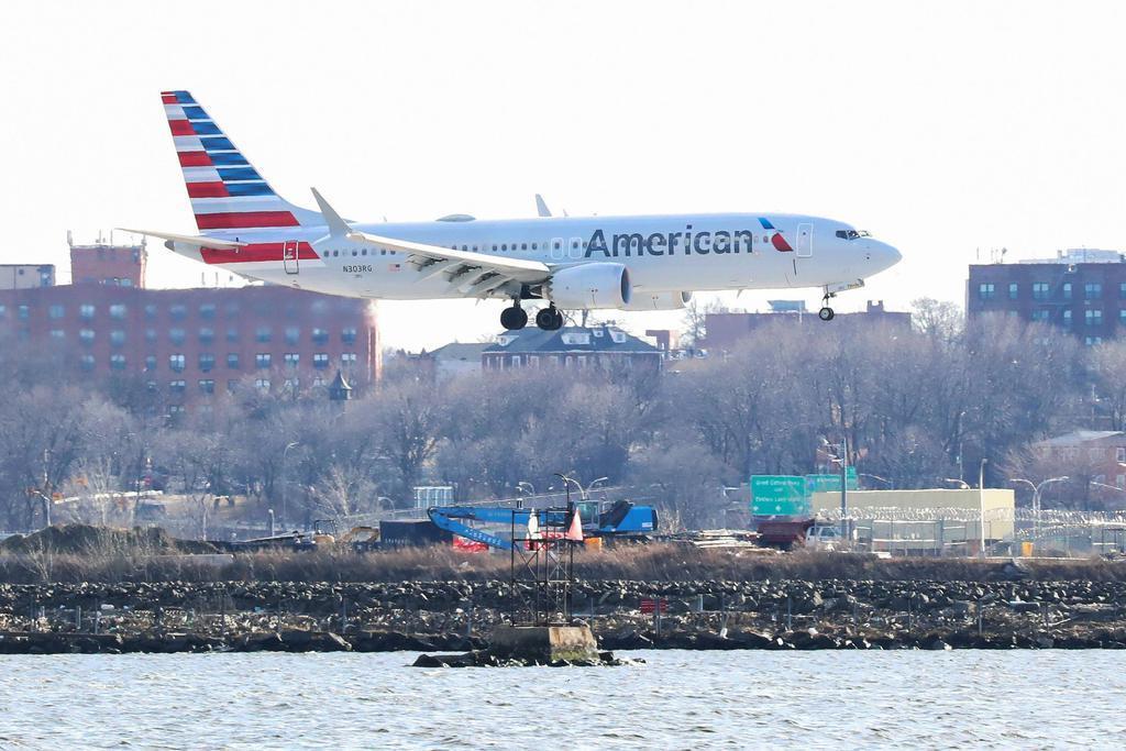 米ニューヨーク・ラガーディア空港で着陸するアメリカン航空のボーイング737MAX8(ロイター)