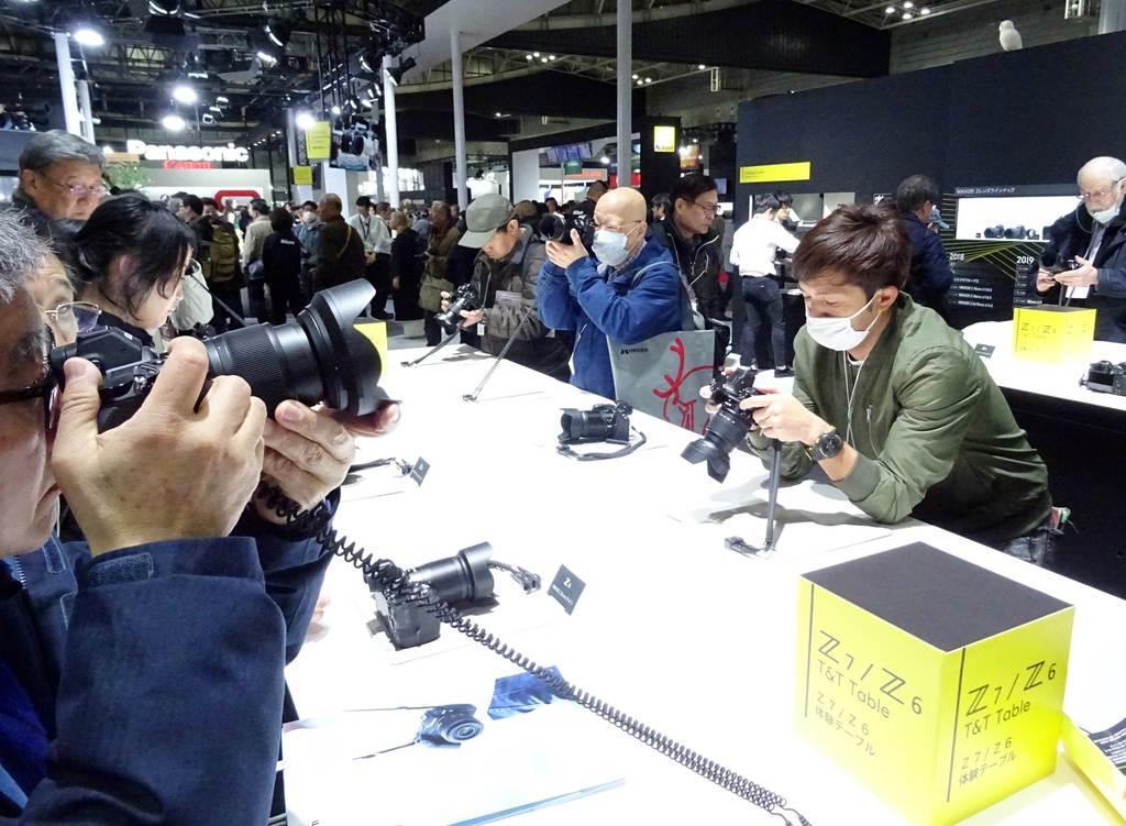 パシフィコ横浜で開幕したカメラ見本市「CP+」。最新型のミラーレスカメラを愛好家らが試していた=2月28日、横浜市西区