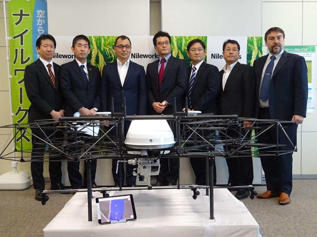 ナイルワークスが6月に発売する農業用ドローンの量産機=14日、東京都千代田区(松村信仁撮影)