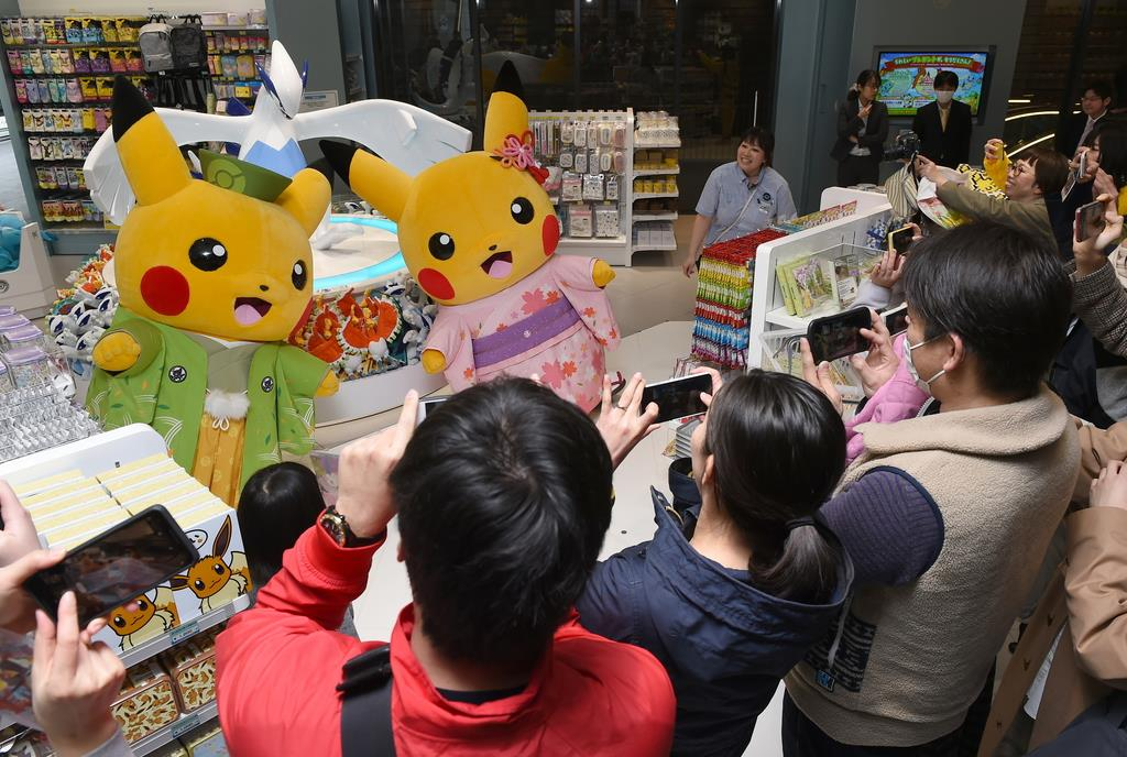 「ポケモンセンターキョウト」では、和装したピカチュウが登場した=14日午後、京都市下京区(永田直也撮影)