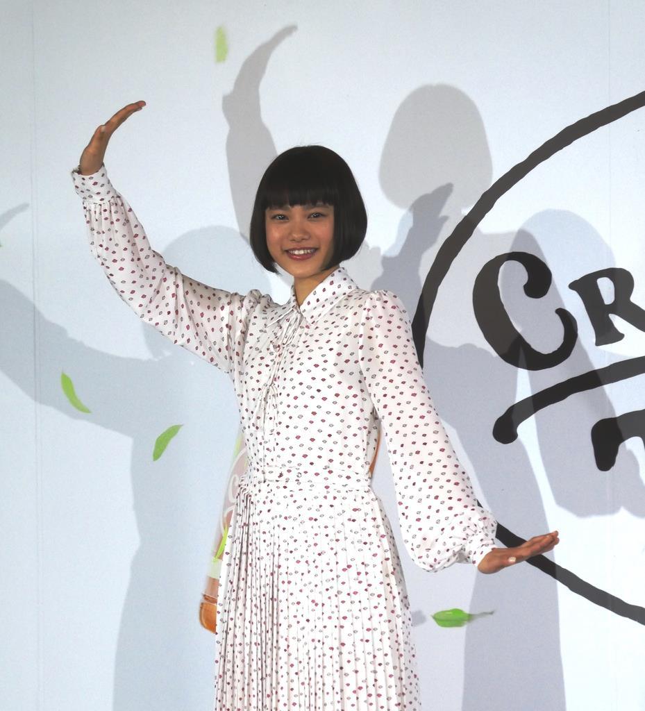 紅茶飲料「クラフトボスTEAノンシュガー」の新CM発表会に出席した杉咲花さん=14日、東京・南青山