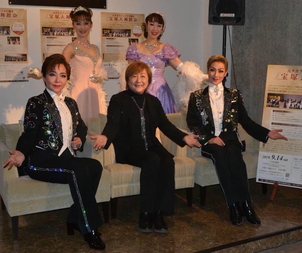 イベントをPRする榛名由梨さん(前列中央)ら宝塚歌劇団OG=宝塚市武庫川町