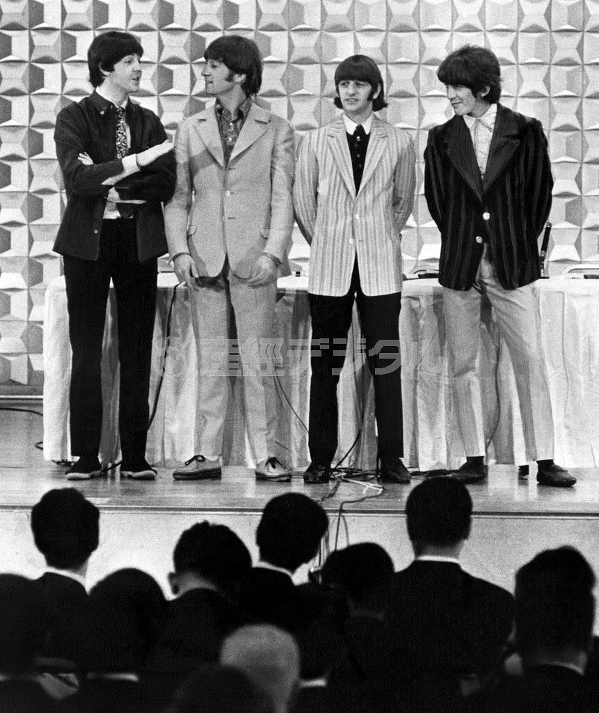 初来日し、記者会見するビートルズ(左から)ポール・マッカートニー、ジョン・レノン、リンゴ・スター、ジョージ・ハリスン=昭和41(1966)年6月29日、東京都港区赤坂の東京ヒルトンホテル