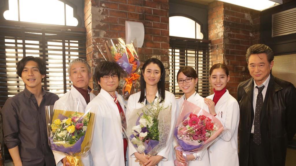 錦戸亮(左)、船越英一郎(右)、新木優子(右から2人目)と一緒に写真撮影を行った小雪(中央)ら科捜研メンバー(C)フジテレビ
