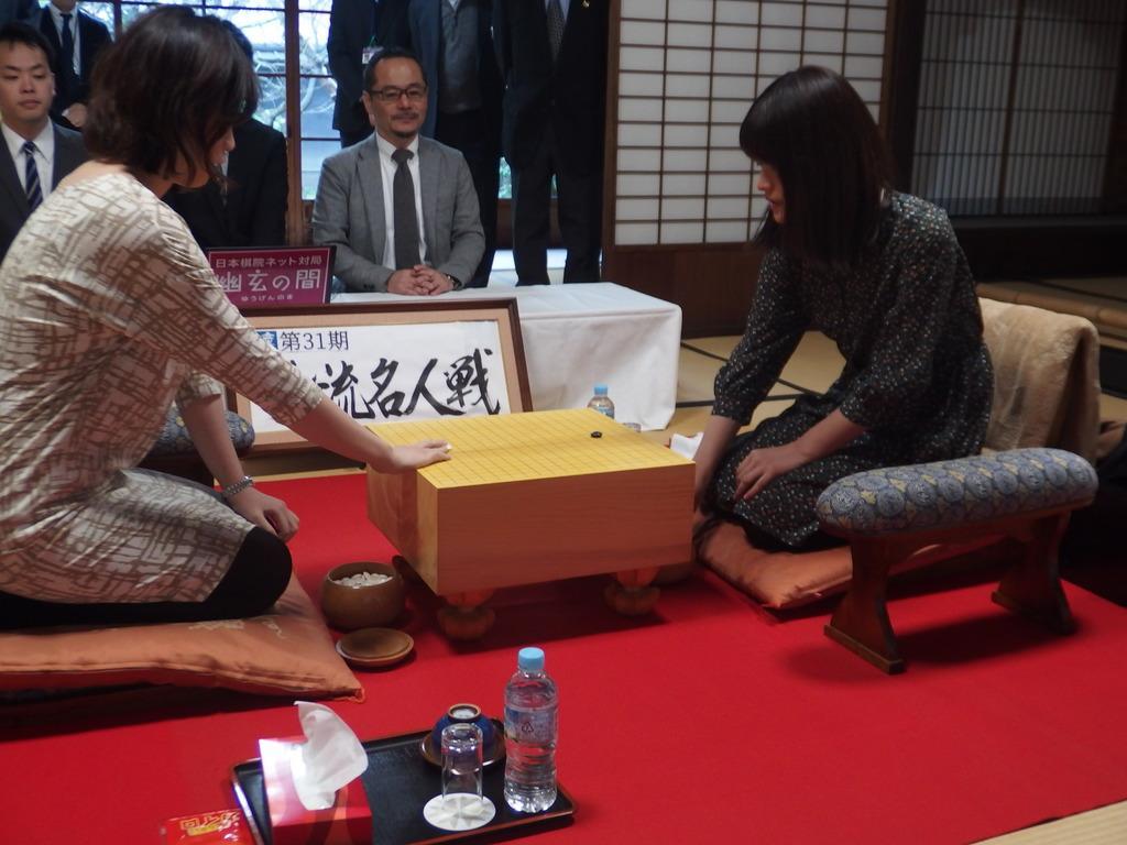 碁石の打ち味を確かめる両対局者。右が藤沢里菜女流名人、左が謝依旻六段