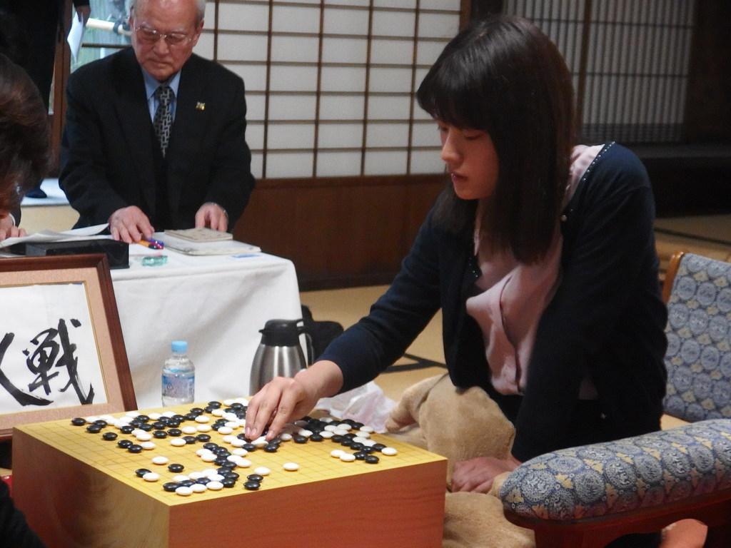 対局に勝利した藤沢里菜女流名人