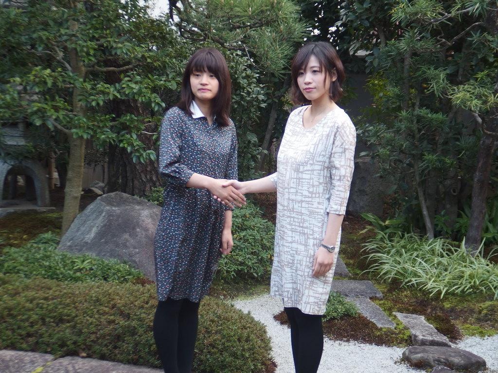 対局前に握手をかわす両対局者。左が藤沢里菜女流名人、右が謝依旻六段