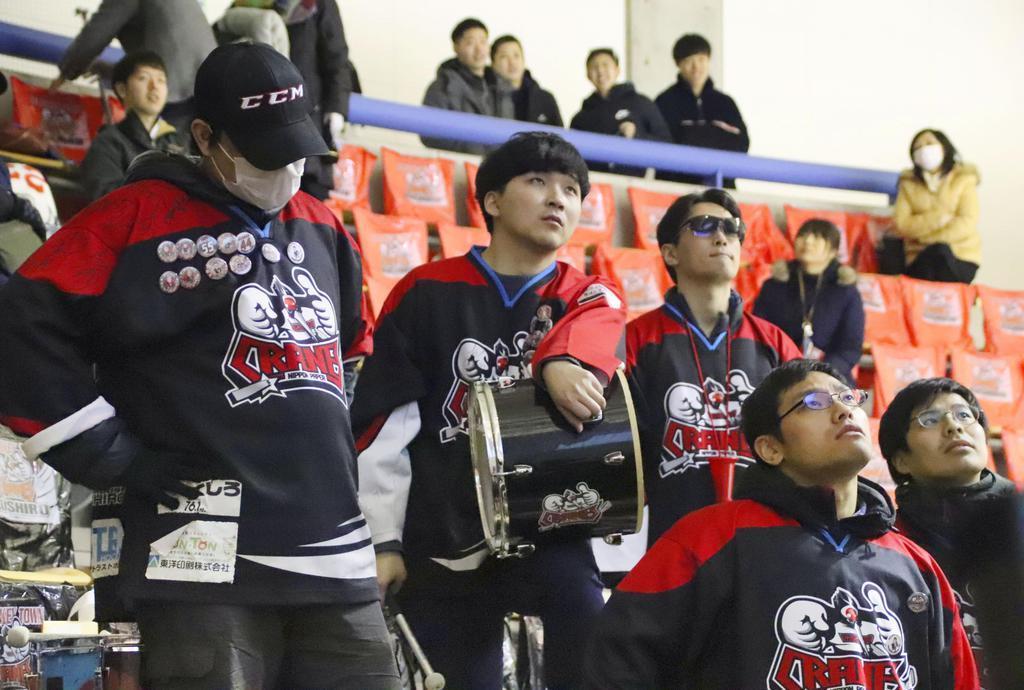 「日本製紙クレインズ」が敗れ、PV会場でぼうぜんとする観客=14日夜、北海道釧路市
