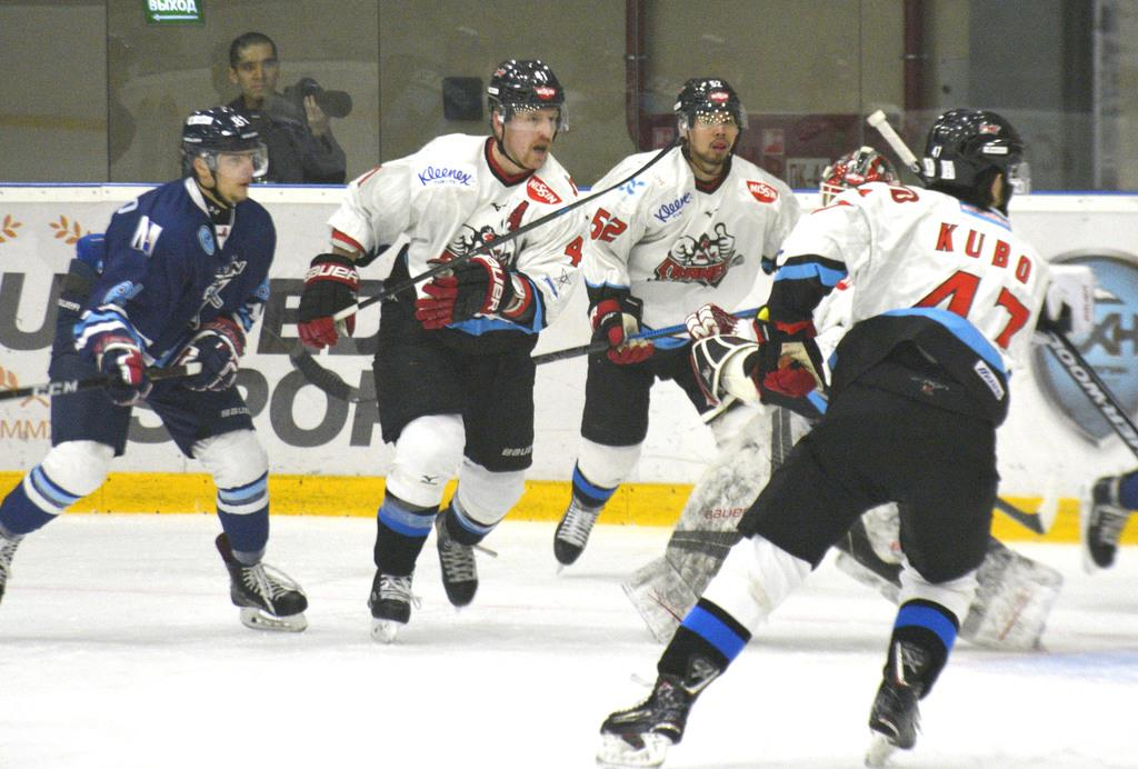 サハリンとのプレーオフ決勝第3戦でプレーする日本製紙の選手たち(右側・白色)=14日、ロシア・ユジノサハリンスク(共同)