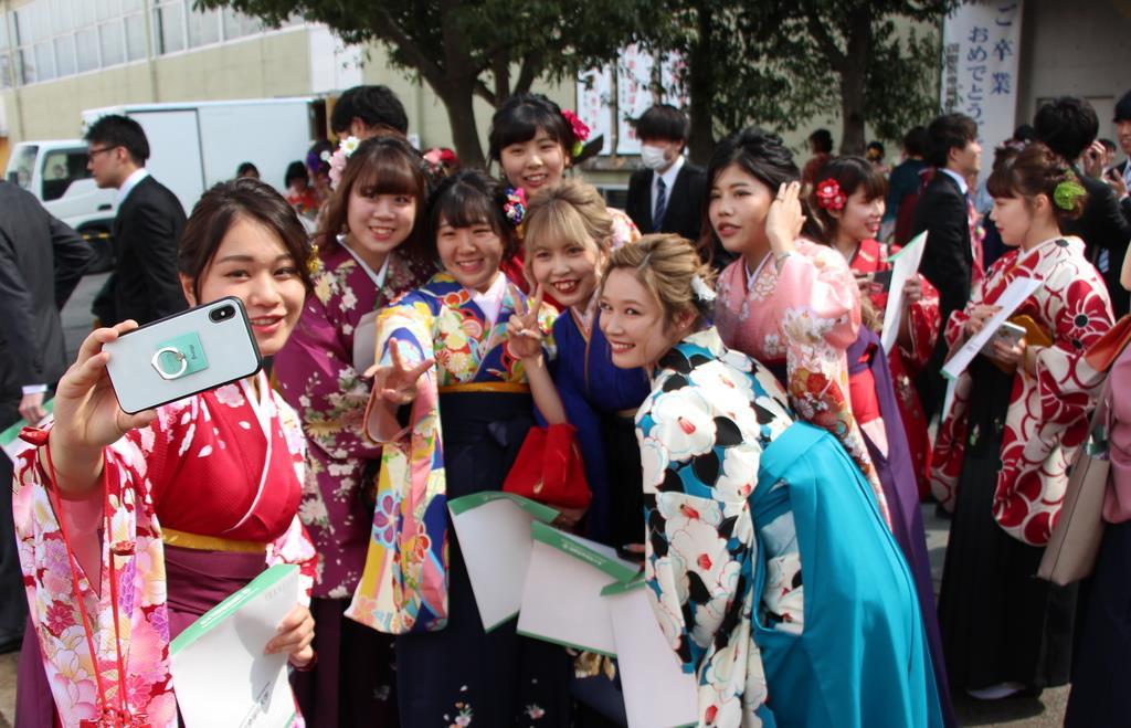 学位記授与式終了後、記念写真を撮る学生=13日、大田原市北金丸の国際医療福祉大(伊沢利幸撮影)