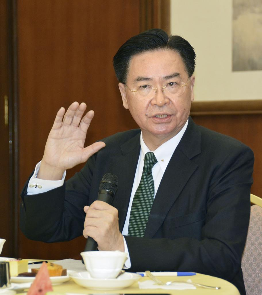 記者会見する台湾の呉●(=刊の干を金に)燮外交部長=14日、台北市内(共同)