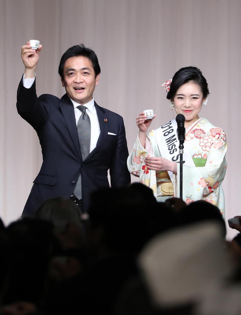 国民民主党のパーティーでミス日本酒の須藤亜紗実さんと乾杯する玉木雄一郎代表(左)=14日午後、東京都港区(萩原悠久人撮影)