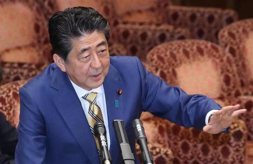 参院予算委員会で答弁を行う安倍晋三首相=14日、参院第1委員会室(春名中撮影)