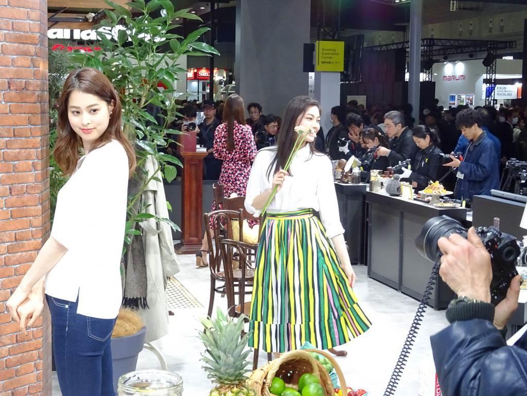 パシフィコ横浜で開幕したカメラ見本市「CP+」。最新機種でのモデル撮影を愛好家らが楽しんでいた=2月28日、横浜市西区