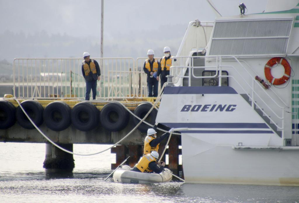 事故で多数の乗客らが重軽傷を負った佐渡汽船の高速船を実況見分する佐渡海上保安署員=10日午前8時12分、新潟県佐渡市