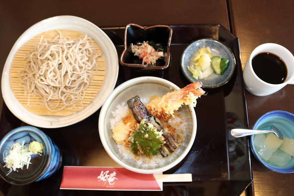一番人気のランチ「ミニ天丼と半せいろ」(980円)